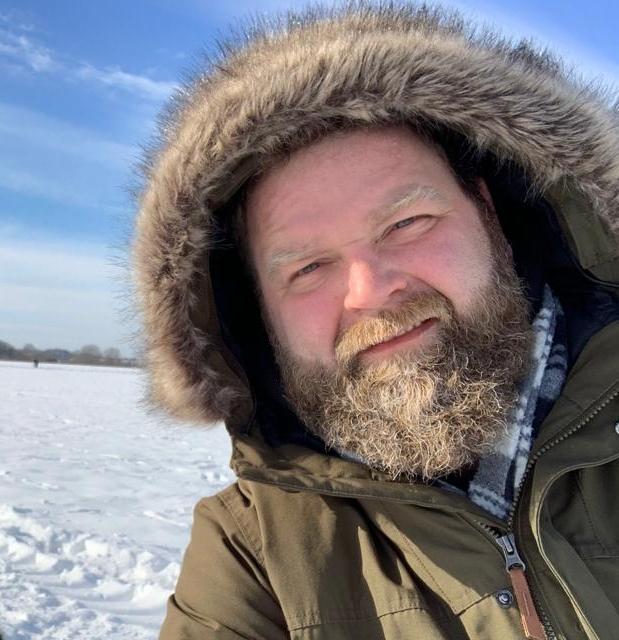 Bild: Tobias Brosinske mit Fellkapuze im Schnee